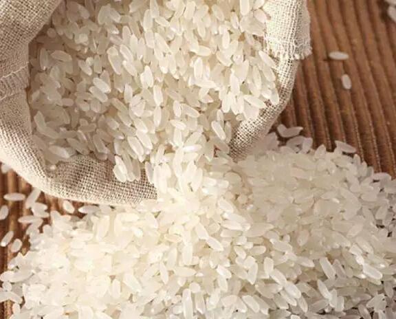 五常大米蒸煮四大秘籍 这样做才好吃!   不管是新米还是陈米,都能蒸出香气宜人、粒粒晶莹的米饭,更何况是我们顺泽米业的颗颗纯正的五常大米。这里顺泽米业给您介绍一下五常大米蒸煮的四大秘籍噢!只要您记住这四大秘籍,一定也会蒸出香甜可口的米饭。   第一大秘籍洗米   记住洗米一定不要超过3次,如果超过3次后,五常大米里的营养就会大量流失,这样蒸出来的米饭香味也会减少。记住洗米不要超过3次,即使是香气袭人的顺泽米业五常大米。   第二大秘籍泡米   先把五常大米在冷水里浸泡1个小时。这样可以让米粒充分